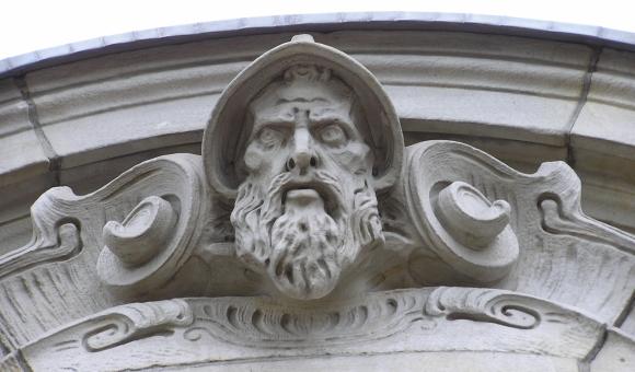 Kamienna głowa (kamienna góra brama ZUS